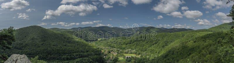 Roche de Skalka de point de vue au-dessus de vallée de rivière Hornad dans le jour chaud d'été photographie stock