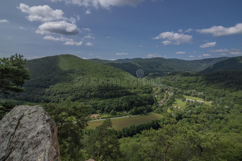 Roche de Skalka de point de vue au-dessus de vallée de rivière Hornad dans le jour chaud d'été photos stock