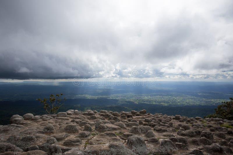 Roche de tension avec le nuage image stock