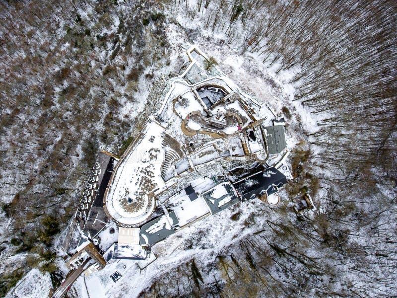 Roche de vue aérienne avec le château médiéval là-dessus près de la rivière de la Moselle en hiver de Brodenbach avec la neige de photos stock