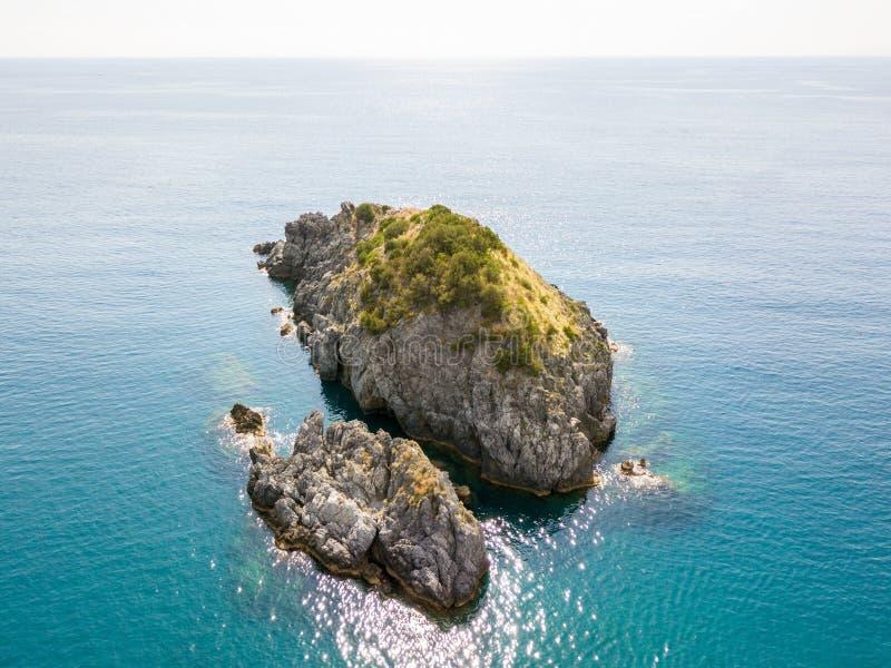 Roche du Scorzone, vue aérienne, île, San Nicola Arcella, province de Cosenza, Calabre, Italie image stock