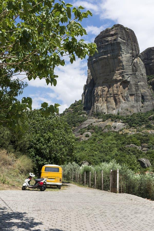 Roche et arbres, oliviers dans les montagnes de la Thessalie, la Grèce, voiture garée et moto photos stock