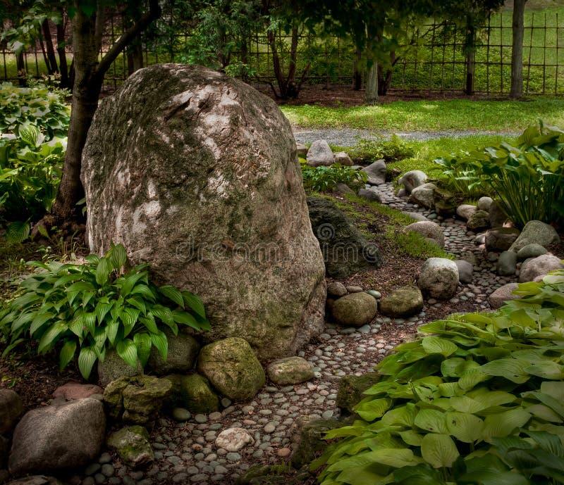 Roche et chemin dans le jardin japonais photographie stock