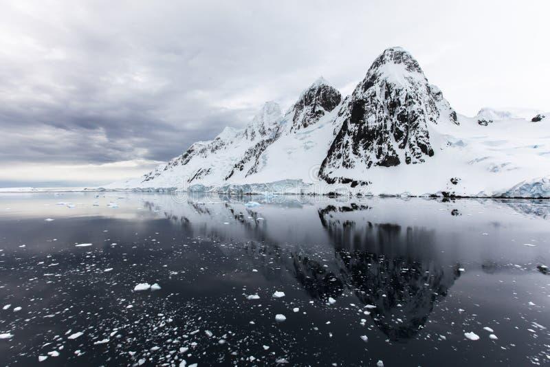 Roche, glace et neige en Antarctique images libres de droits