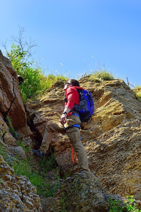 Roche-grimpeur avec le sac à dos images stock