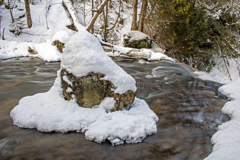 Roche, neige et glace au-dessus de la cascade images libres de droits