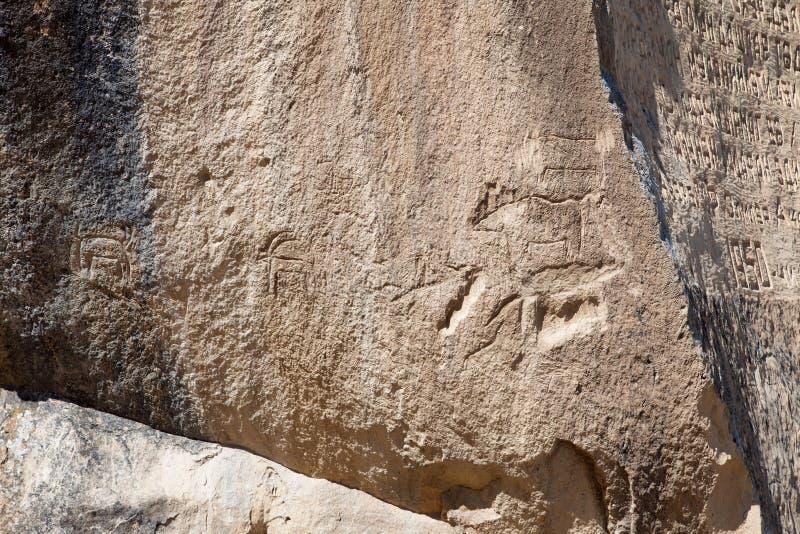 Roche-peinture préhistorique de pétroglyphes de QOBUSTAN en Azerbaïdjan photo stock