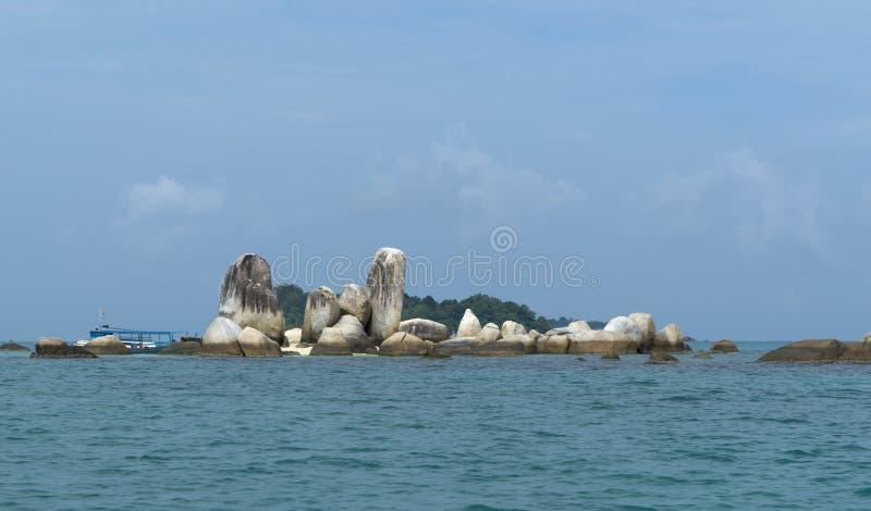 Roche près d'île de Belitung photos stock