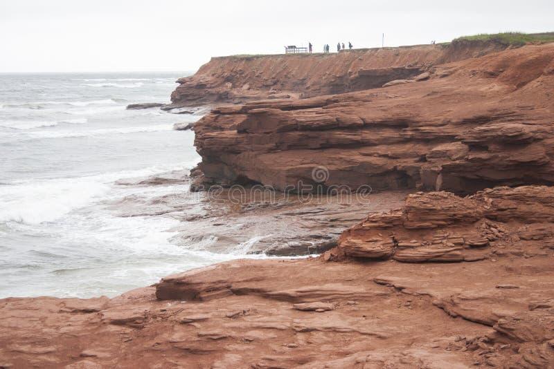 Roche rouge côtière image stock