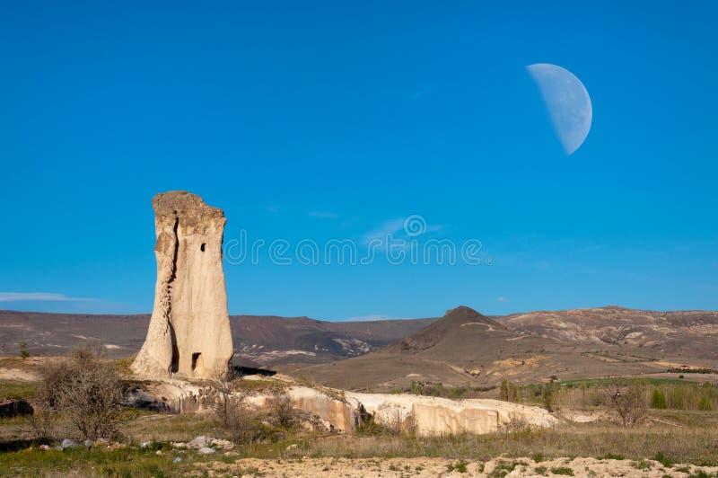 Roche solitaire d'une voile dans la vallée, Cappadocia, Turquie image stock