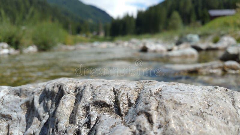 Roche sur la rivière image libre de droits