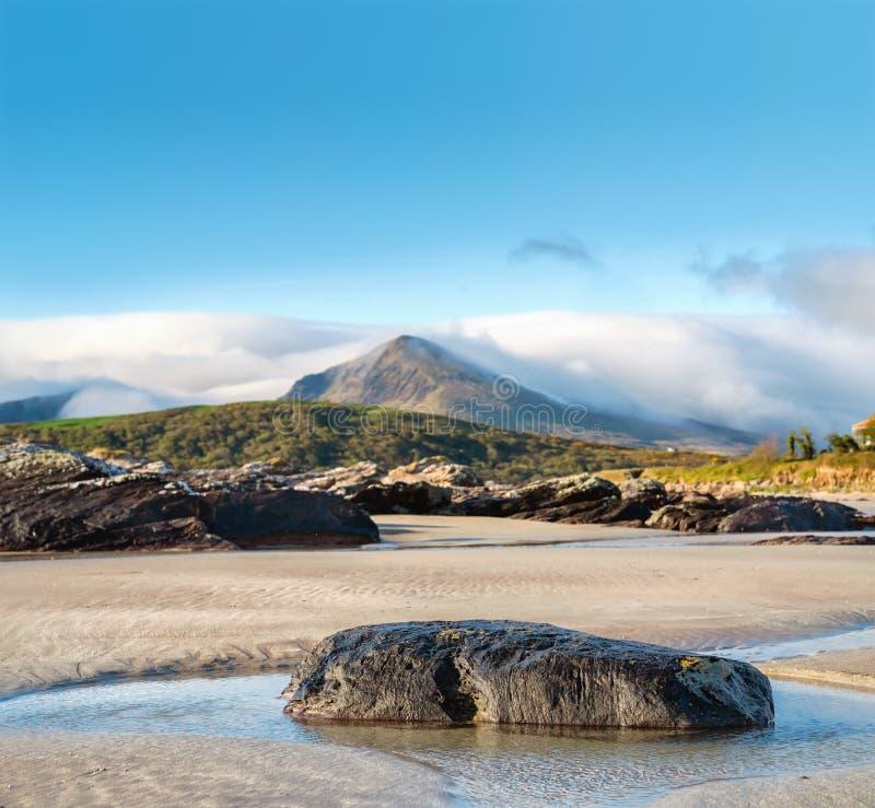 Roche sur un sable dans l'eau sur la mar?e basse en plage de Brandon photos libres de droits