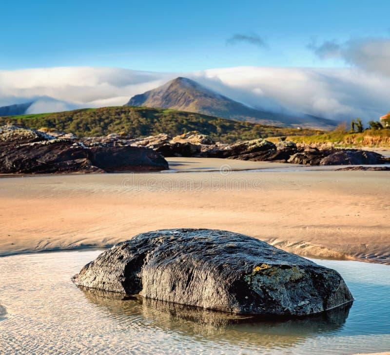 Roche sur un sable dans l'eau sur la mar?e basse en plage de Brandon images libres de droits