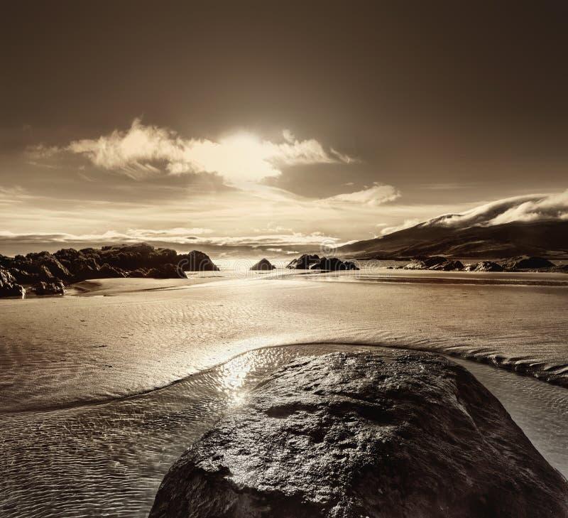 Roche sur un sable dans l'eau sur la mar?e basse en plage de Brandon photo libre de droits