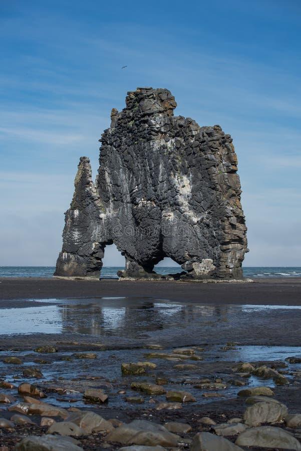Roche verticale de bassalt de dinosaure de Hvitserkur en Islande image libre de droits