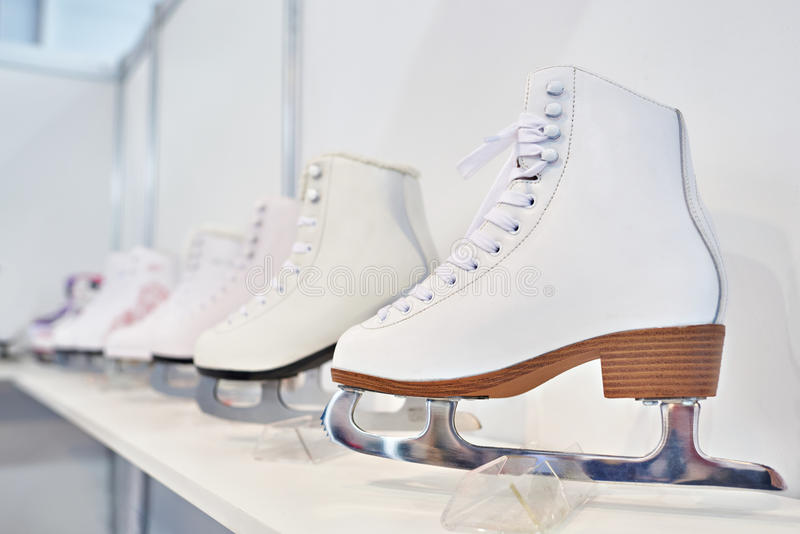 Rochen für Eiskunstlauf auf Showfenster stockbild