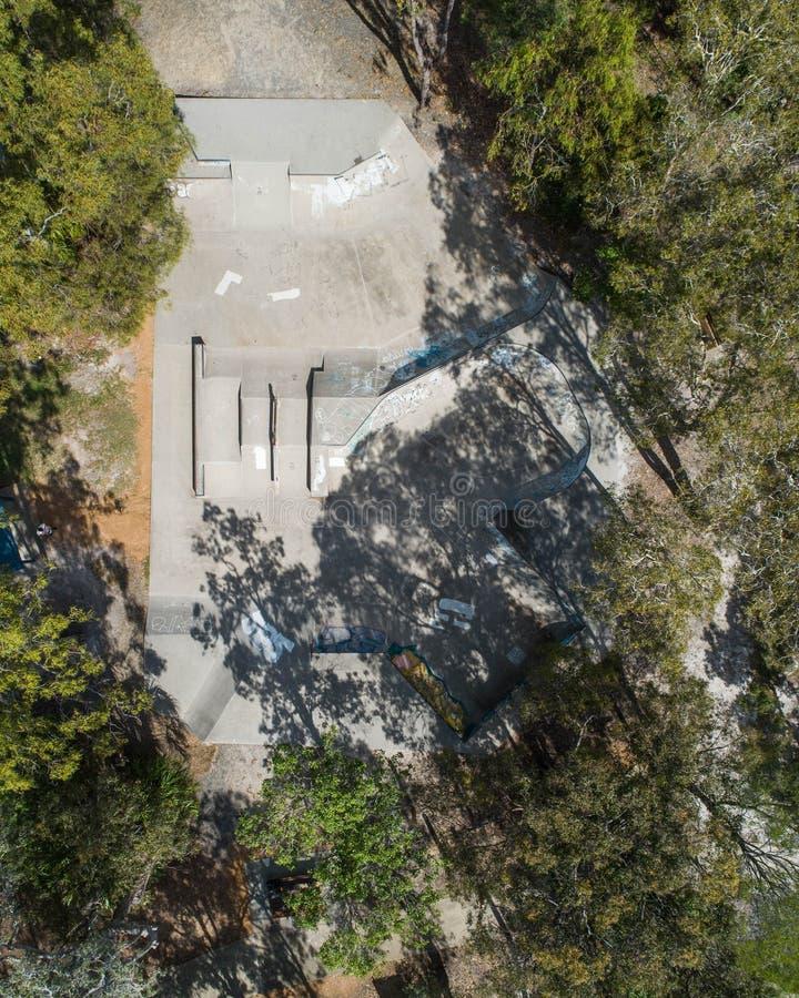 Rochenparkblick fron der Himmel genommen von einem Brummen mitten in einem Park mit Bäumen lizenzfreies stockfoto