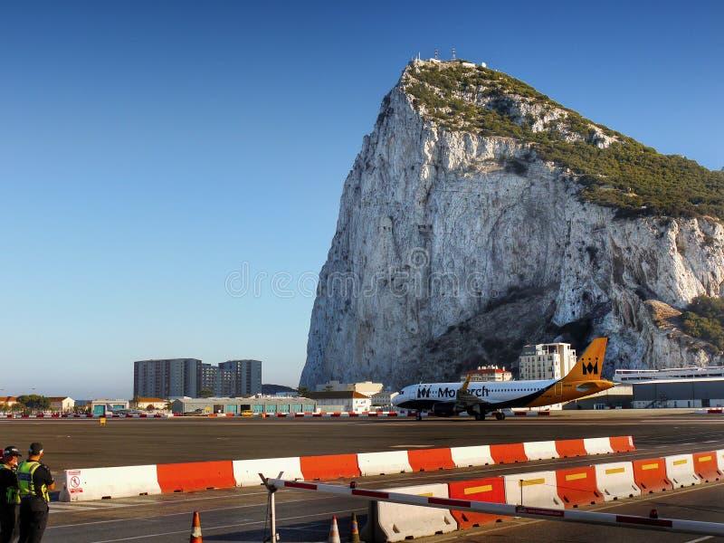 Rocher de Gibraltar, aéroport de piste d'avion photographie stock