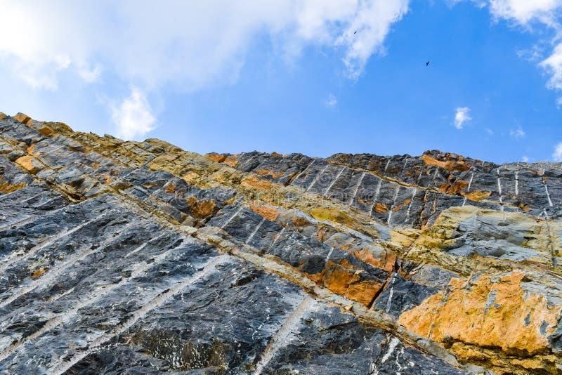 Rocher de granit face montagne avec les Aigles le ciel bleu image stock