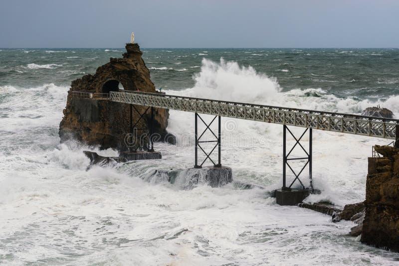 Rocher de la Vierge i Biarritz, Frankrike arkivfoton