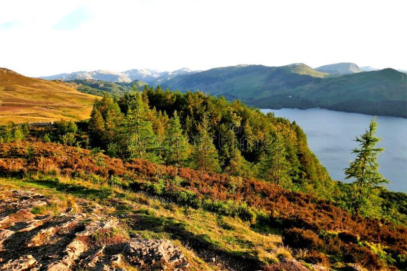 Rocher de Walla donnant sur l'eau de Derwent, Cumbria photo stock
