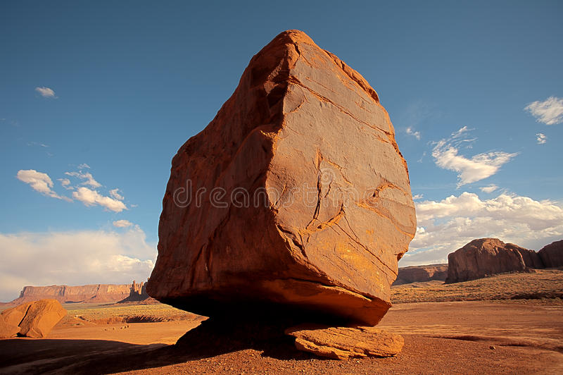 Rocher formé par cube devant un paysage de désert photos libres de droits