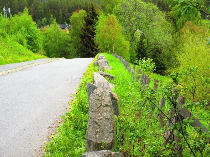 Rochers à côté d'une route comme sécurité photos stock