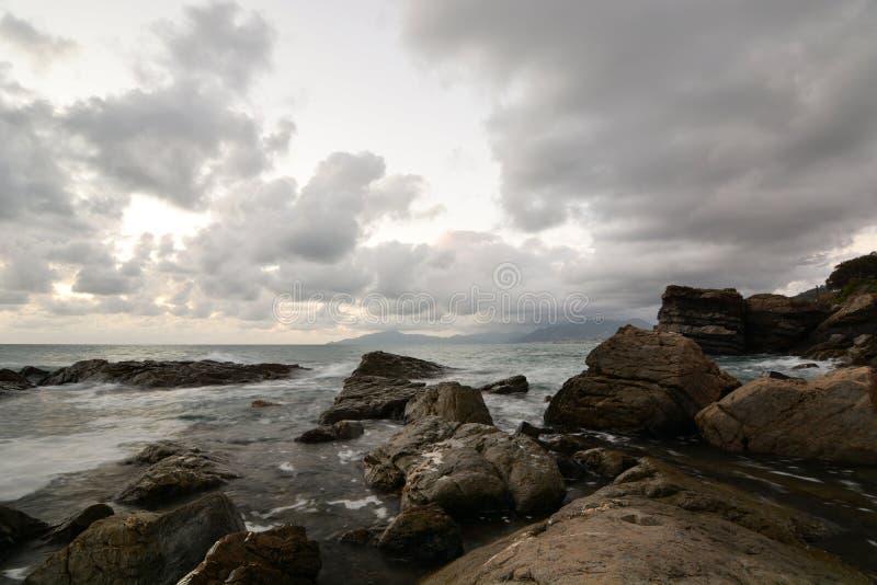 Rochers au bord de la mer Cavi di Lavagna Gouf de Tigullio Ligurie Italie images libres de droits