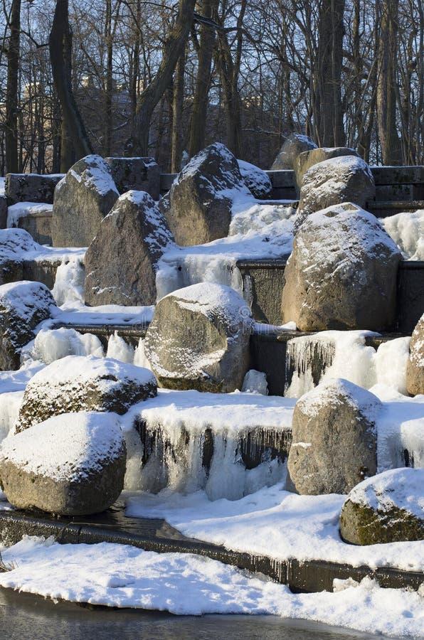 Rochers de Milou sur les étapes de la cascade photographie stock