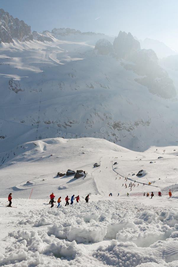Rochers de pente de descente de ski d'avalanche couverts images libres de droits