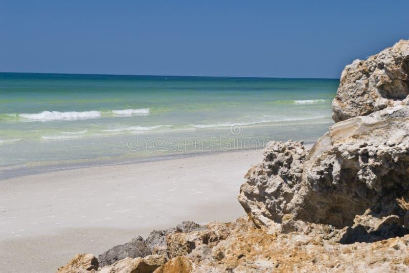 rochers de plage photos stock