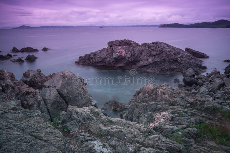 Rochers en pierre sur la côte d'océan photo libre de droits