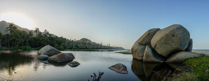 Rochers sur la plage tropicale en parc national de Tayrona, Colombie images stock
