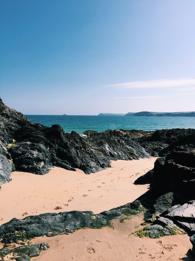 Roches à la plage image libre de droits