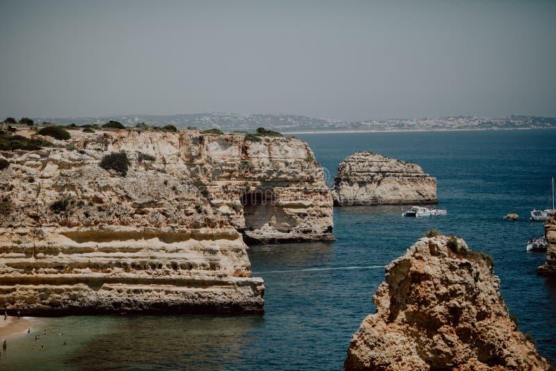 Roches énormes au Praia DA Marinha, belle plage cachée de plage de falaise près de Lagoa, Algarve Portugal image libre de droits