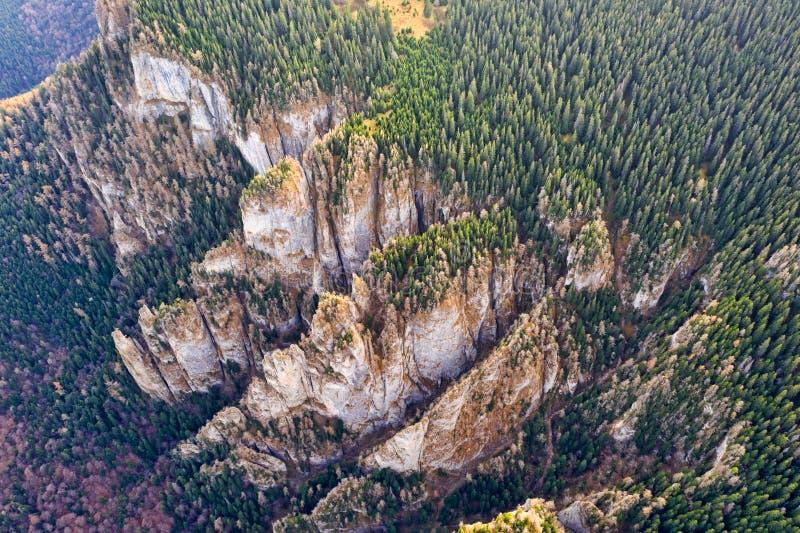 Roches énormes de montagne, vers le haut de vue photographie stock libre de droits
