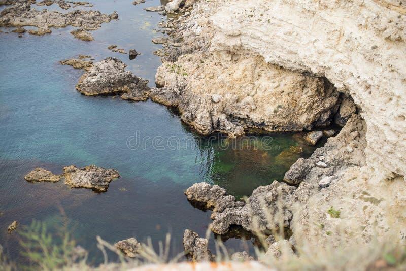 Roches au-dessus de l'eau de mer transparente photographie stock