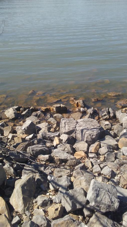 Roches au lac images libres de droits