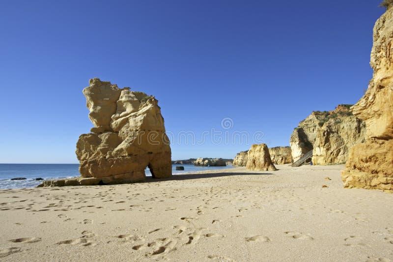 Roches au Praia DA Rocha au Portugal images libres de droits