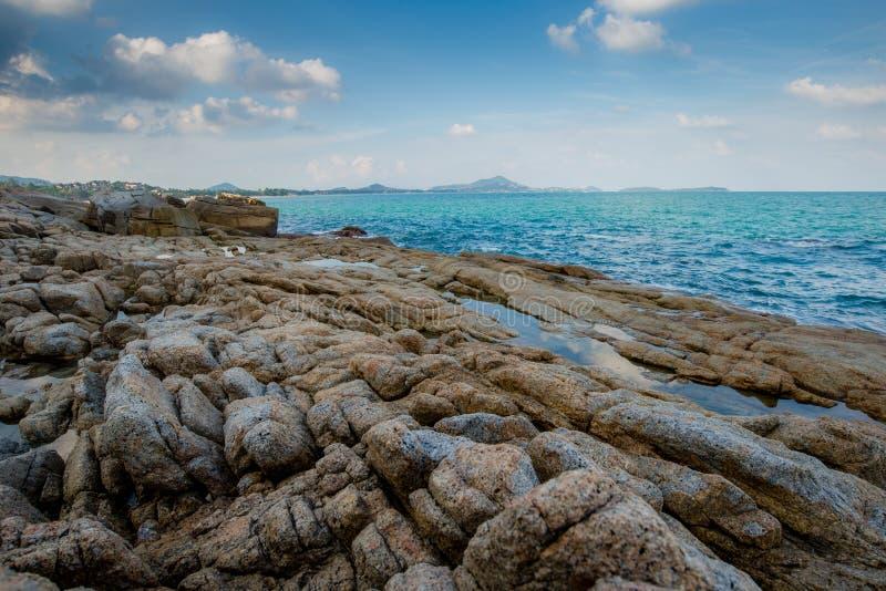 Roches avec la mer images libres de droits
