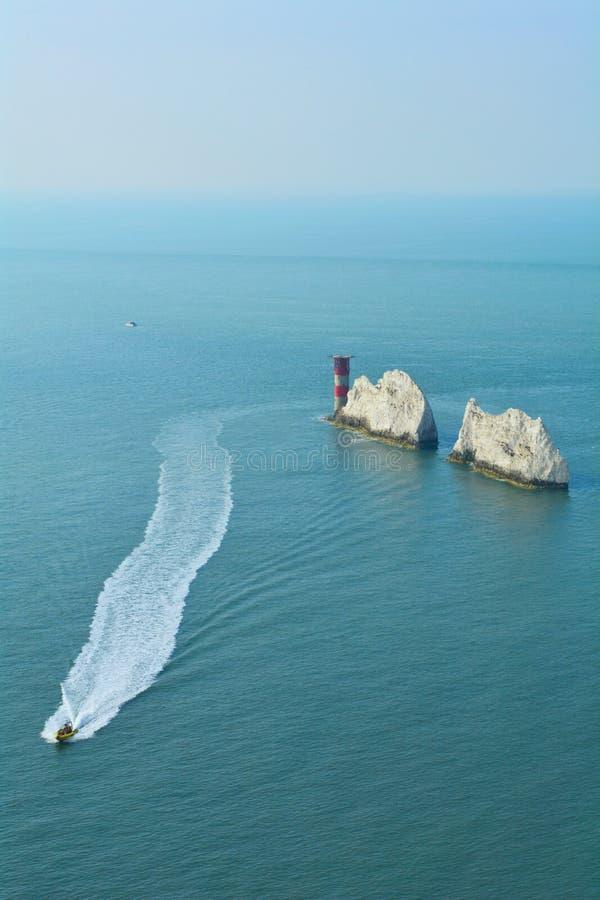Roches blanches de falaises des aiguilles sur l'île du Wight, Angleterre images libres de droits