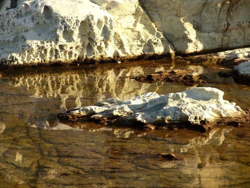 Roches blanches se reflétant dans l'eau photographie stock libre de droits