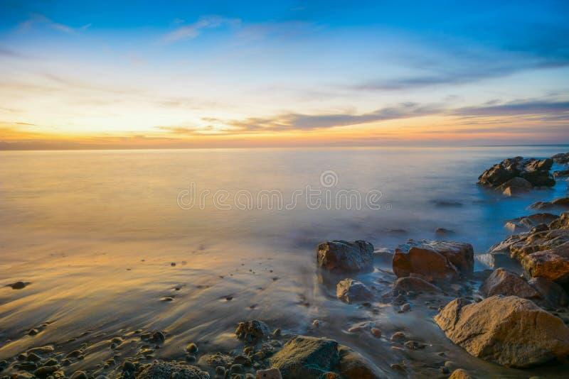 Roches côtières au coucher du soleil photographie stock libre de droits