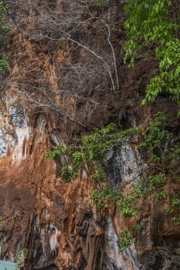 Roches colorées chez Tiger Cave Temple, Thaïlande photos libres de droits