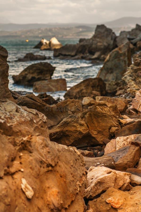 Roches colorées de grès dans la réservation côtière Strunjan image stock