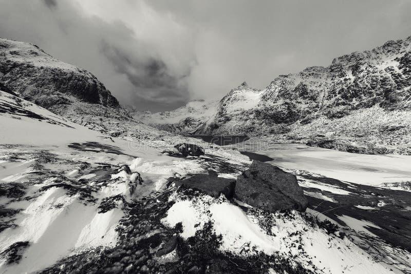 Roches couvertes de neige magnifiques un jour ensoleillé Bel horizontal de la Norvège Horizontal de Norwgian photo blanc noir images libres de droits