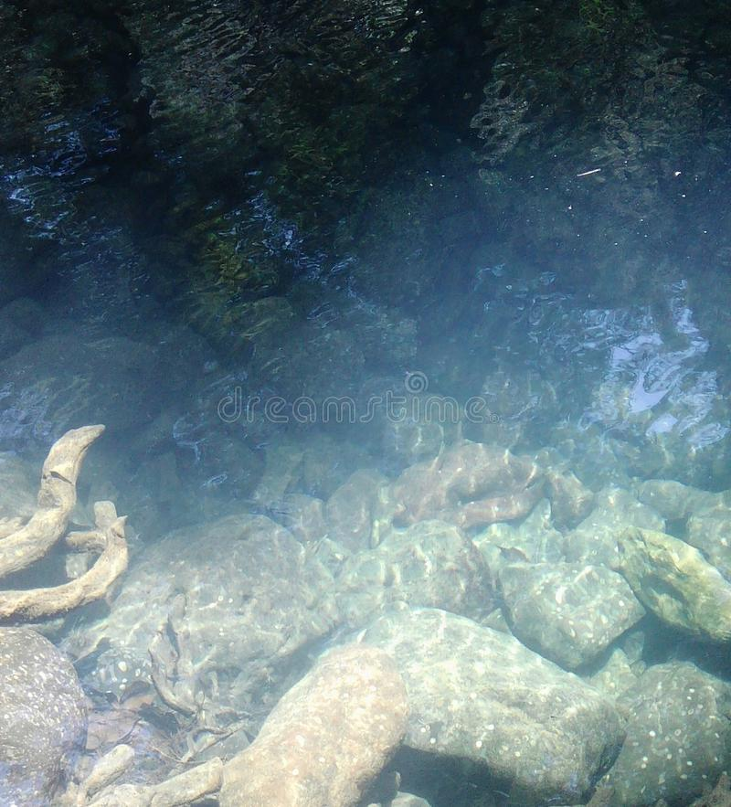 Roches dans l'eau photographie stock
