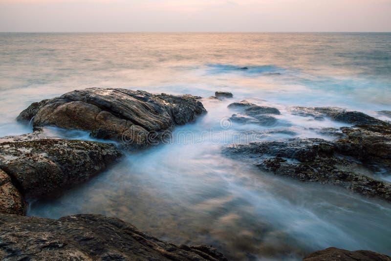 Roches dans l'océan image libre de droits