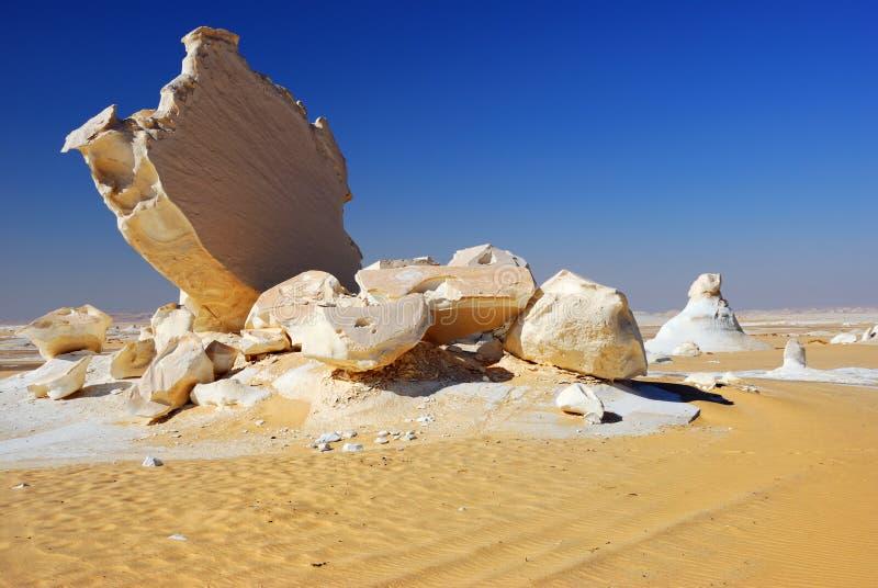 Roches dans le désert blanc images libres de droits