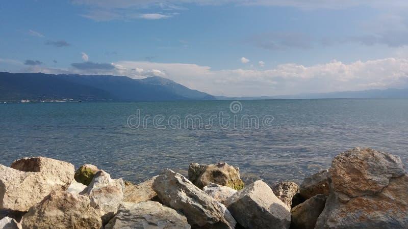 Roches dans le lac photo libre de droits